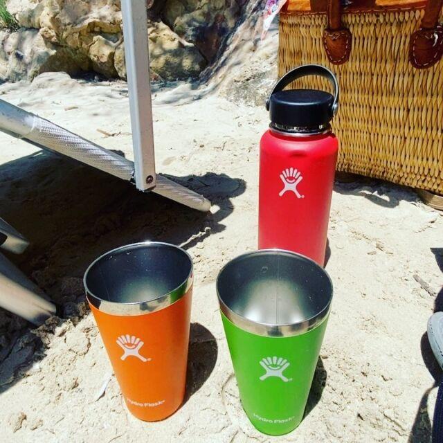 """Sommarvärmen biter sig fast och Hydro Flask levererar, tack vare vacuumisoleringen, alltid svalkande kyla. ❄️❄️❄️ Oavsett om det är gazpacho, milkshakes, smoothies eller Aperol Spritz du vill hålla iskallt så har Hydro Flask en lösning. Vad vill DU hålla kallt i sommar? Kom med en bra motivering och var med och tävla om ett Hydro Flask-paket! 🥳(svaret """"huvudet"""" räknas inte… 😜) #granitbiten"""